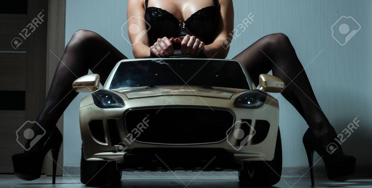 Femme Dans SexuelsBeauté Lingerie Assis Escorte Et VoiturePilote La Services ChaussuresFille De Noire En Le Jouet 34R5AjL