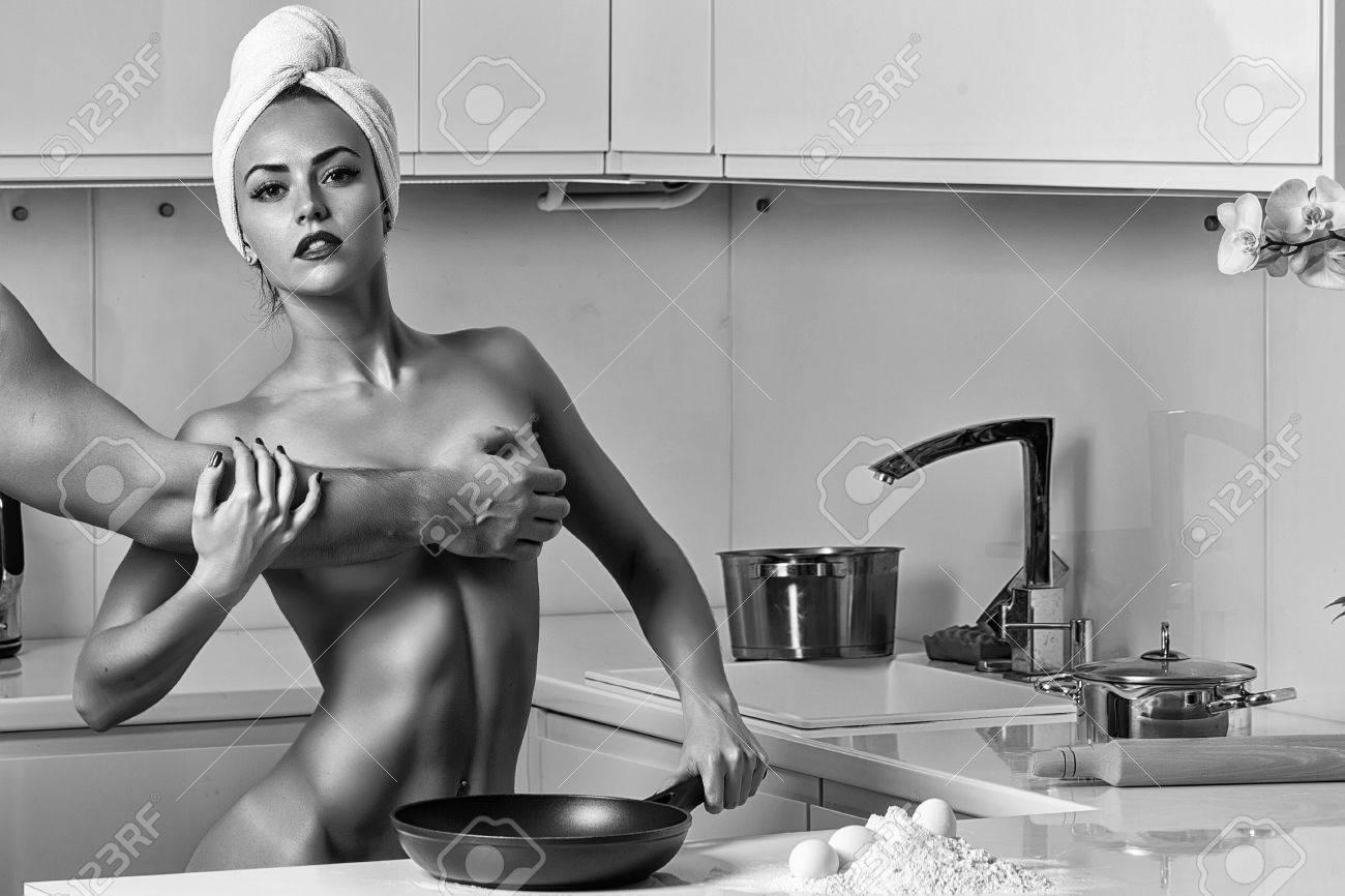 sexy nackte frauen das abendessen zu kochen