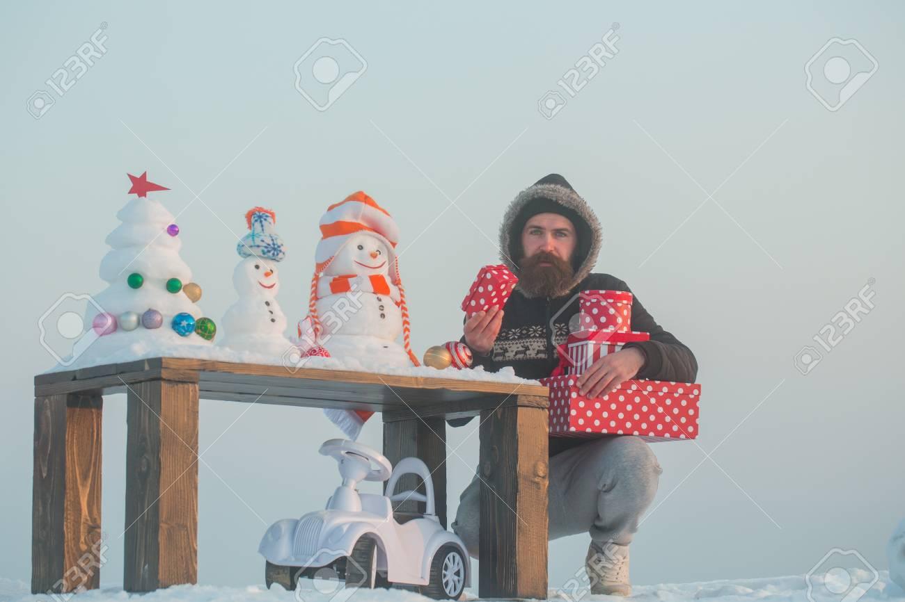Cajas De Debajo Muñecos Que Con Hombre Infeliz La El En Las Regalos Mesa Y Sostiene Cielo GrisCoche RegaloHipster Juguete Nieve OPiTkXZu