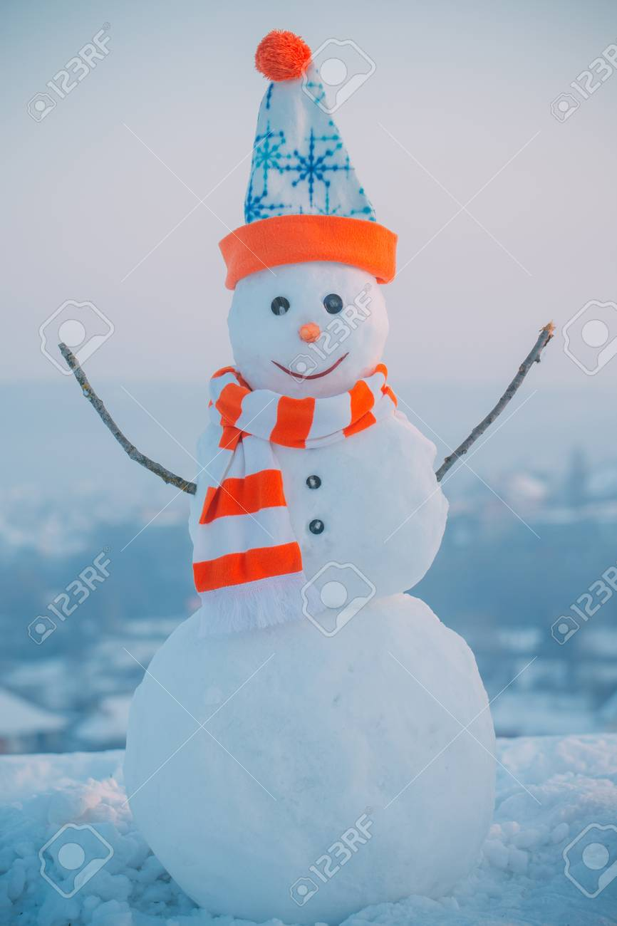 Pupazzo di neve con cappello e sciarpa Decorazione natalizia o natalizia.  Anno nuovo pupazzo di neve da neve bianca all aperto. 4245363a106f