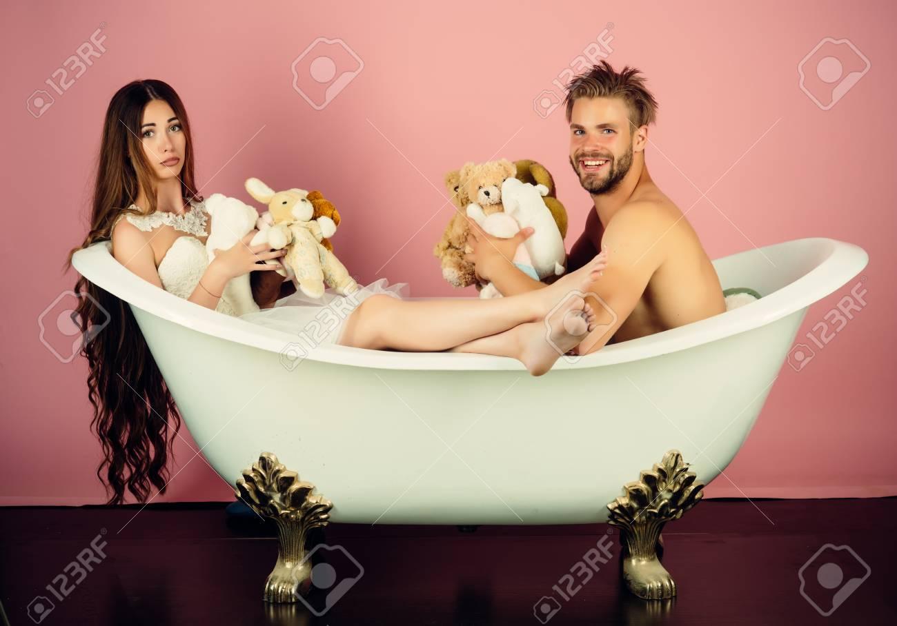 vente chaude authentique à vendre acheter Amour et romance Couple amoureux d'homme et femme dans le bain. Homme dans  la baignoire près de fille aux cheveux longs. Femme en robe et mec avec ...