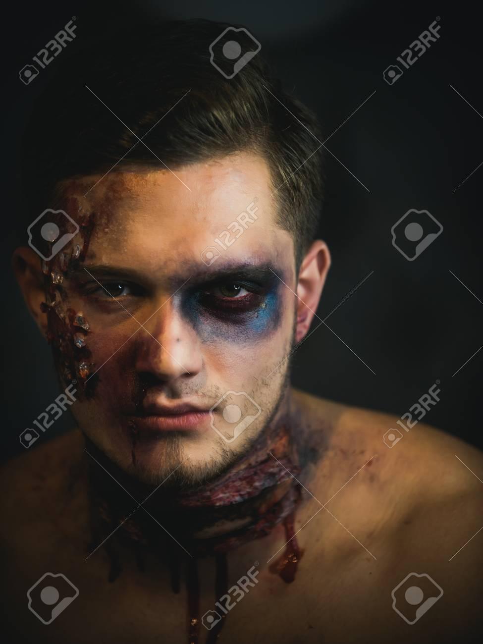 Tipo De Halloween Con Sangre Y Heridas Vacaciones Y Celebracion Un - Maquillaje-zombie-hombre