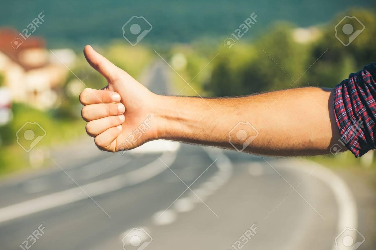 https://previews.123rf.com/images/tverdohlib/tverdohlib1710/tverdohlib171003358/88757571-viaggi-viaggi-vacanze-voglia-di-viaggiare-autostoppista-segno-sulla-strada-pollici-sul-gesto-di-mano.jpg