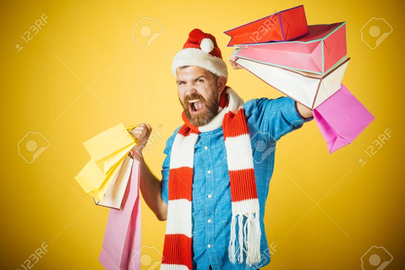 Weihnachten, Winterferien Feier. Manngriffeinkaufstaschen Auf Gelbem ...
