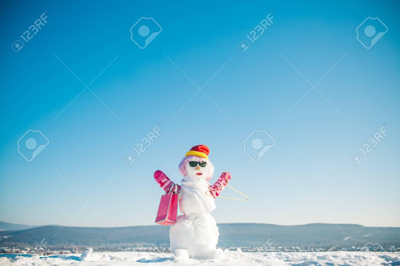 Cadeau De Noel à La Mode.Mode D Hiver Joyeuses Fêtes Et Célébrations Cadeau De Noël Et Décoration De Noël Bonhomme De Neige En Perruque Rose Mitaines Chapeau Lunettes Et