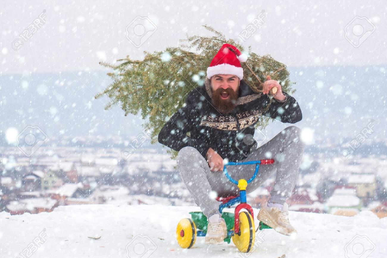 Hombre Que Monta El Triciclo En Paisaje Nevado. Ciclista Emocionado  Gritando En Santa Sombrero Y Ropa ... 3d9a41ae8cd