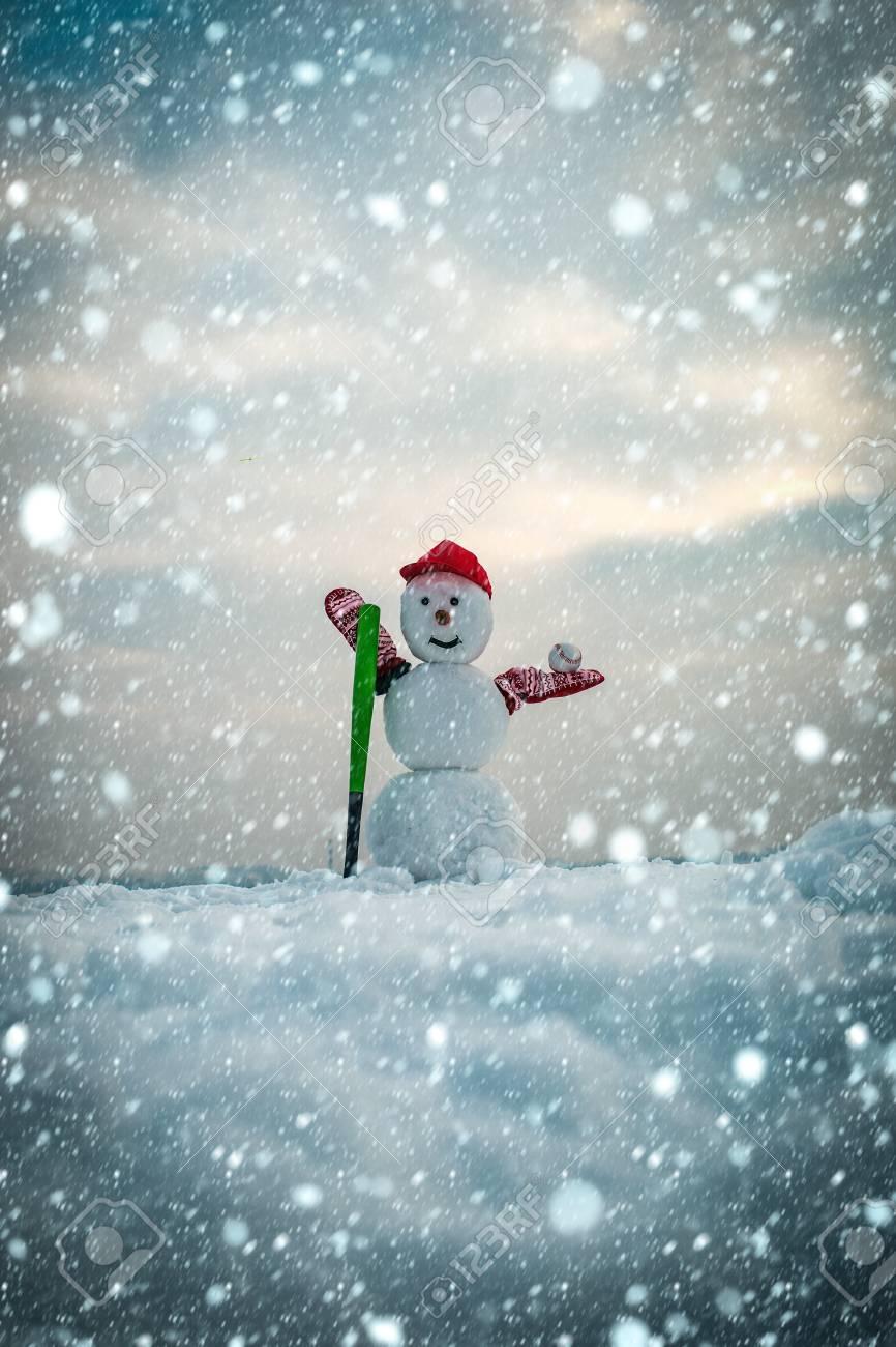 Immagini Natale Neve.Natale Nuovo Anno Concetto Di Neve Attivita Invernali Sport E Combattimenti Buone Feste E Festeggiamenti Pupazzo Di Neve Con Mazza Da Baseball