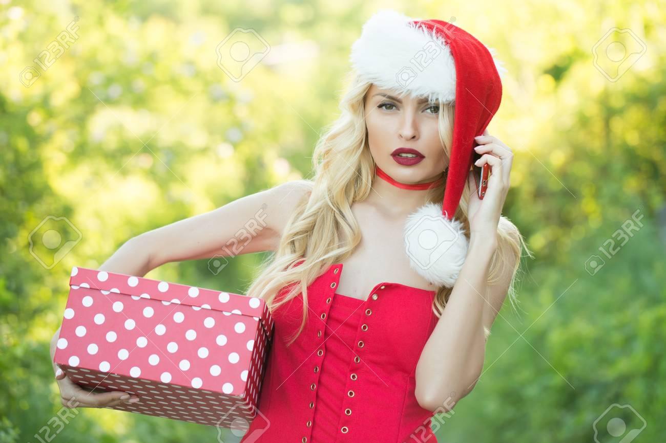 Mädchen Feiern Neues Jahr Mit Geschenkbox, Mobiltelefon. Frau In ...