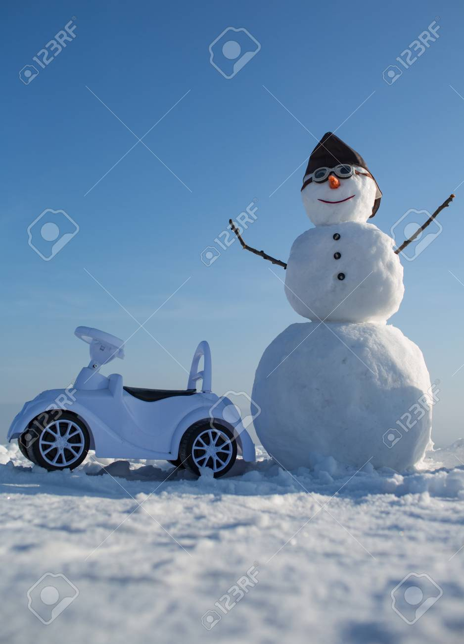 Año Nuevo Muñeco De Nieve En Sombrero Piloto Y Gafas. Feliz ...