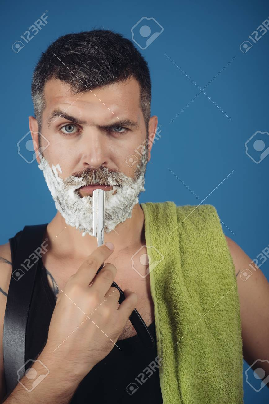Coiffeur Et Coiffeur Homme Coupe Barbe Et Moustache Avec Rasoir Et Gel A Raser Coupe De Cheveux D Un Homme Barbu Archaisme Hipster Serieux Dans Le Salon De Coiffure Nouvelle Technologie Mode Et