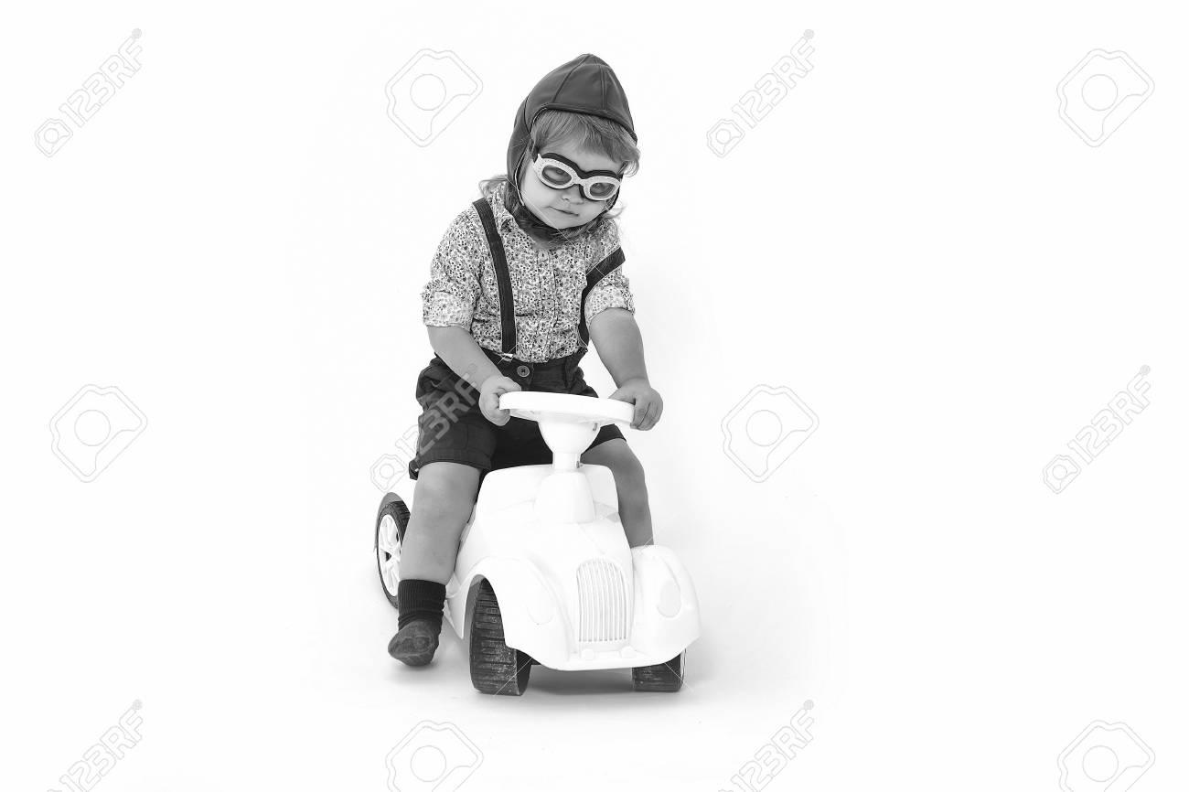 Y Sobre Conductor La Niño Elegante Piloto En Plástico De Gafas Fondo Juguete Camisa Casco O Sombrero Sentado Aisladas SMVUqzpG