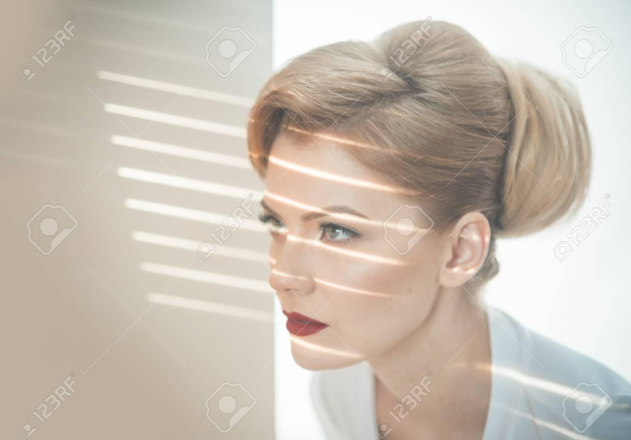 blondes-maedchen-strippt-zur-musik