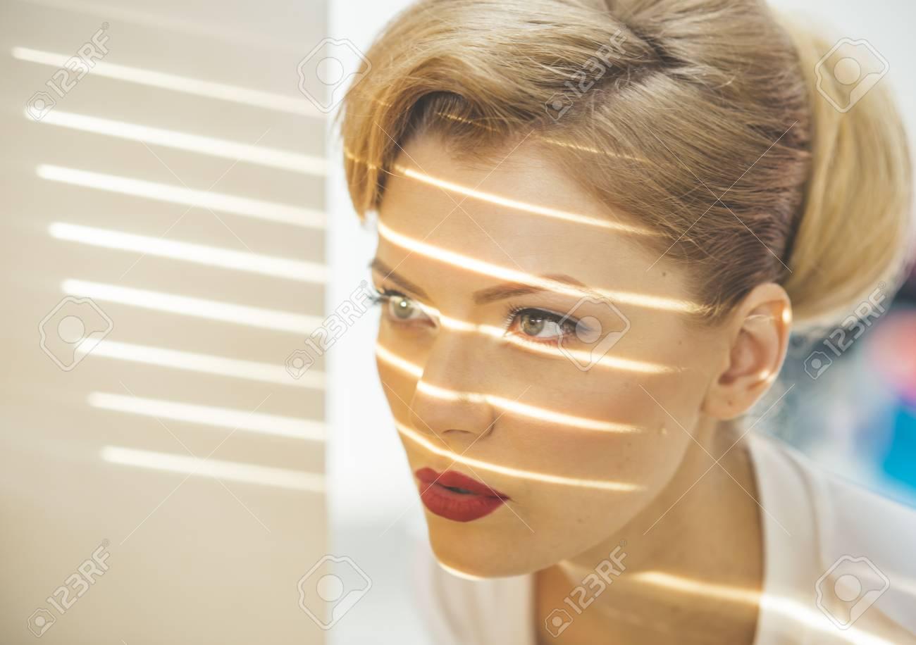 kimberly-wyatt-blondes-maedchen-strippt-zur-musik-bbw-auto