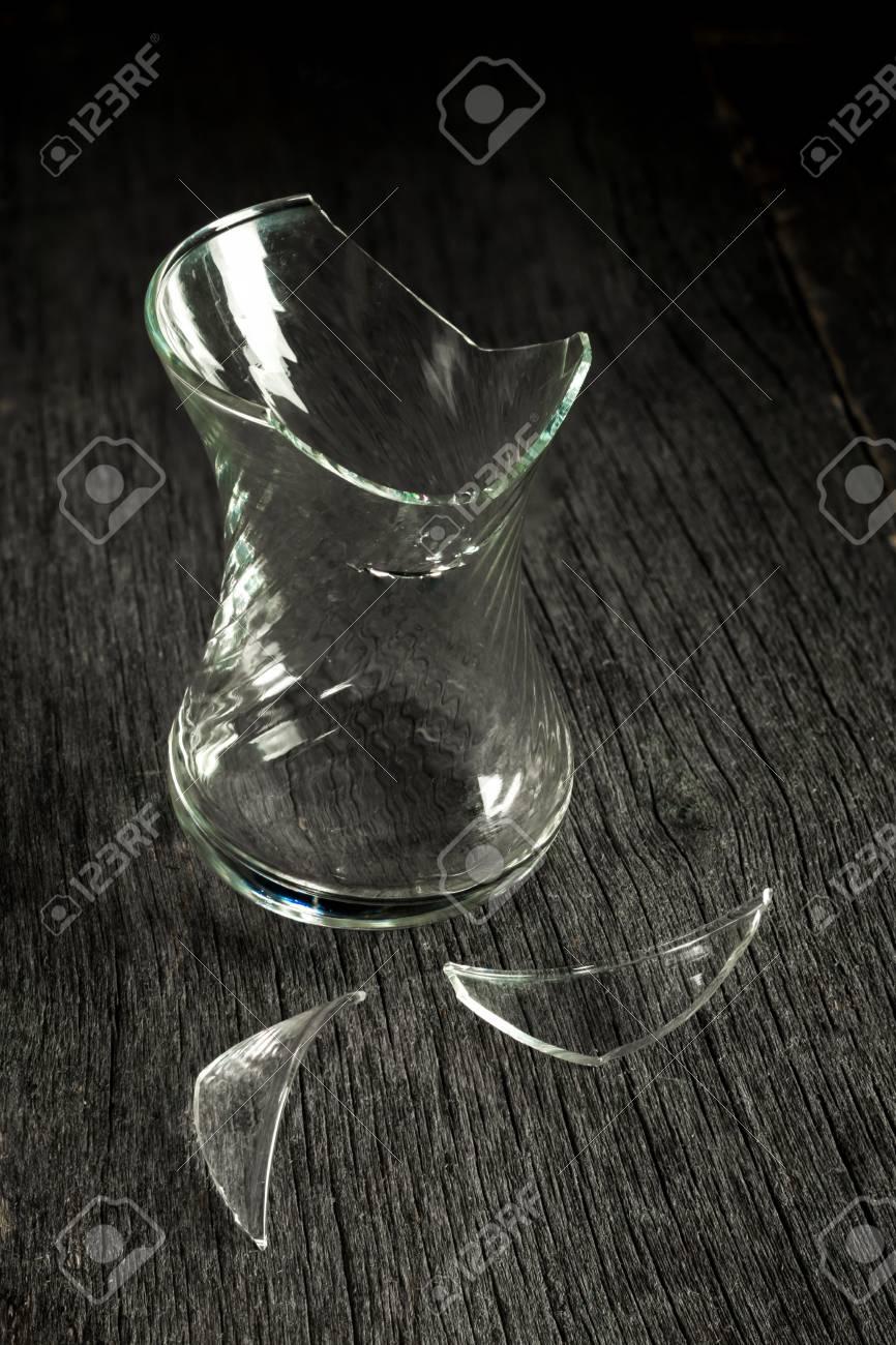 Brise Vue Discret verre brisé et éclats sur un fond en bois gris. discret. vue de côté