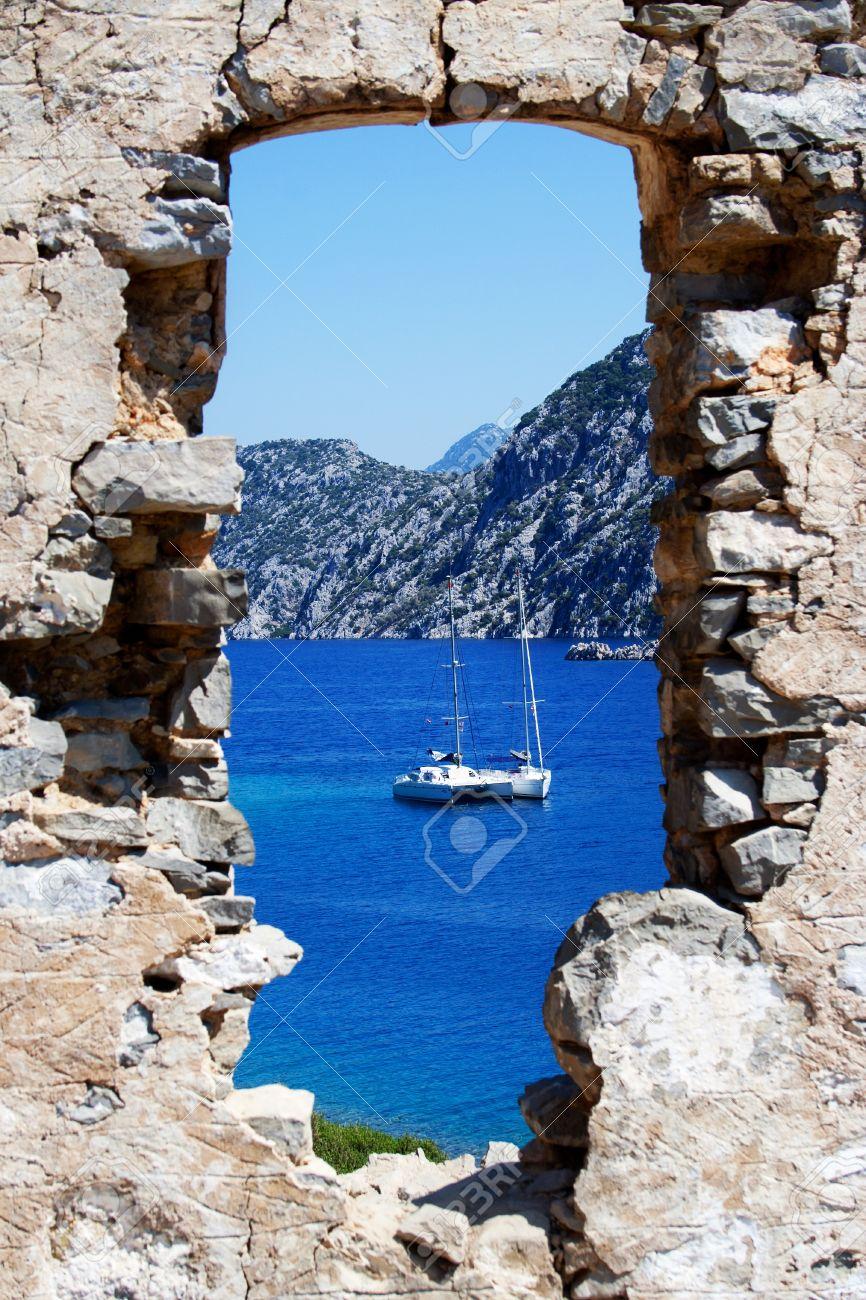 Blick aus dem fenster meer  Blick Auf Yachten In Aergean Meer Durch Die Alte Fenster ...