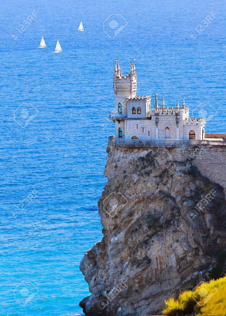 Chateau Nid D Hirondelle Sur Fond Bleu Marine Crimee Ukraine