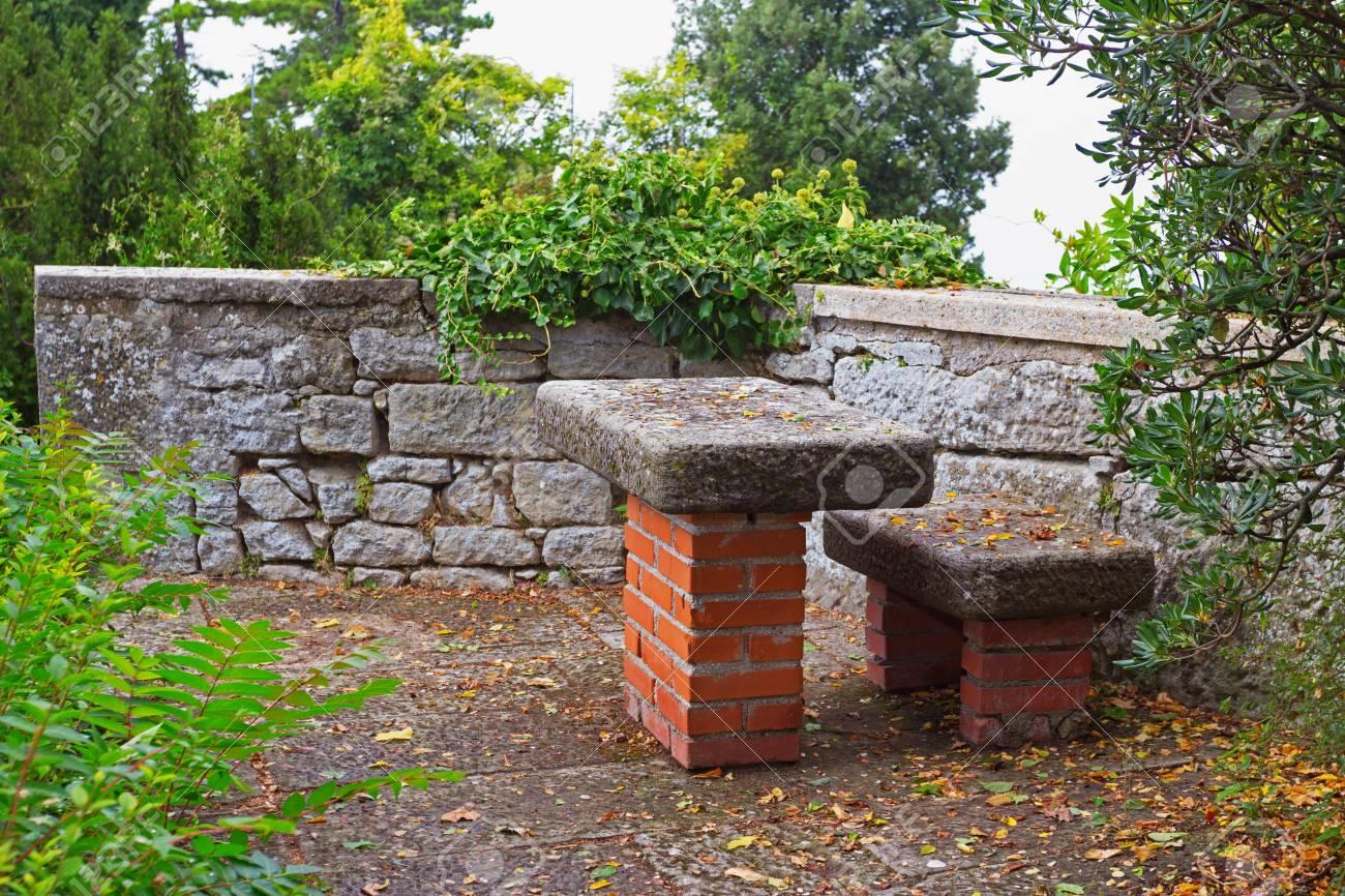 Pergolato in pietra composto da tavolo e una panca silenzioso