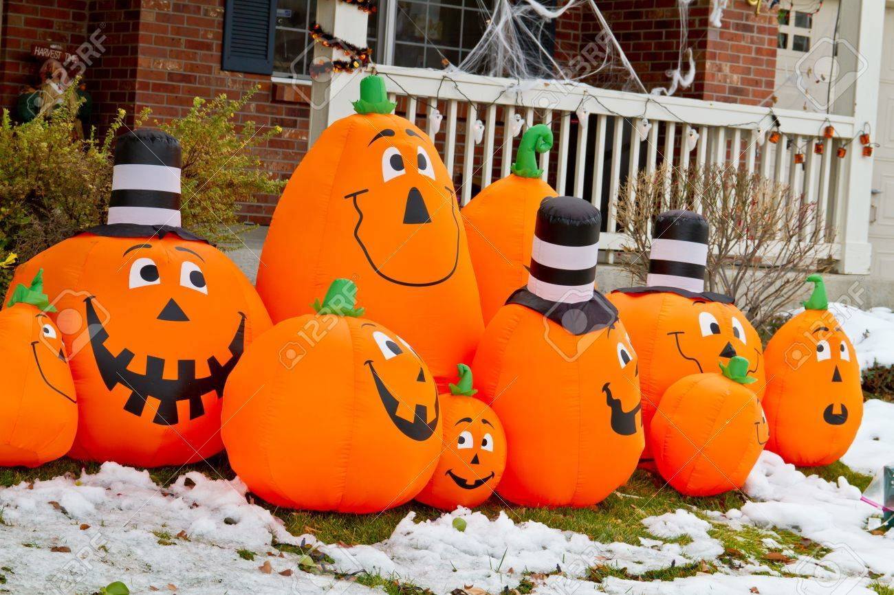 Halloween pumpkin decorations in snowy yard Stock Photo - 16033839 & Halloween Pumpkin Decorations In Snowy Yard Stock Photo Picture And ...