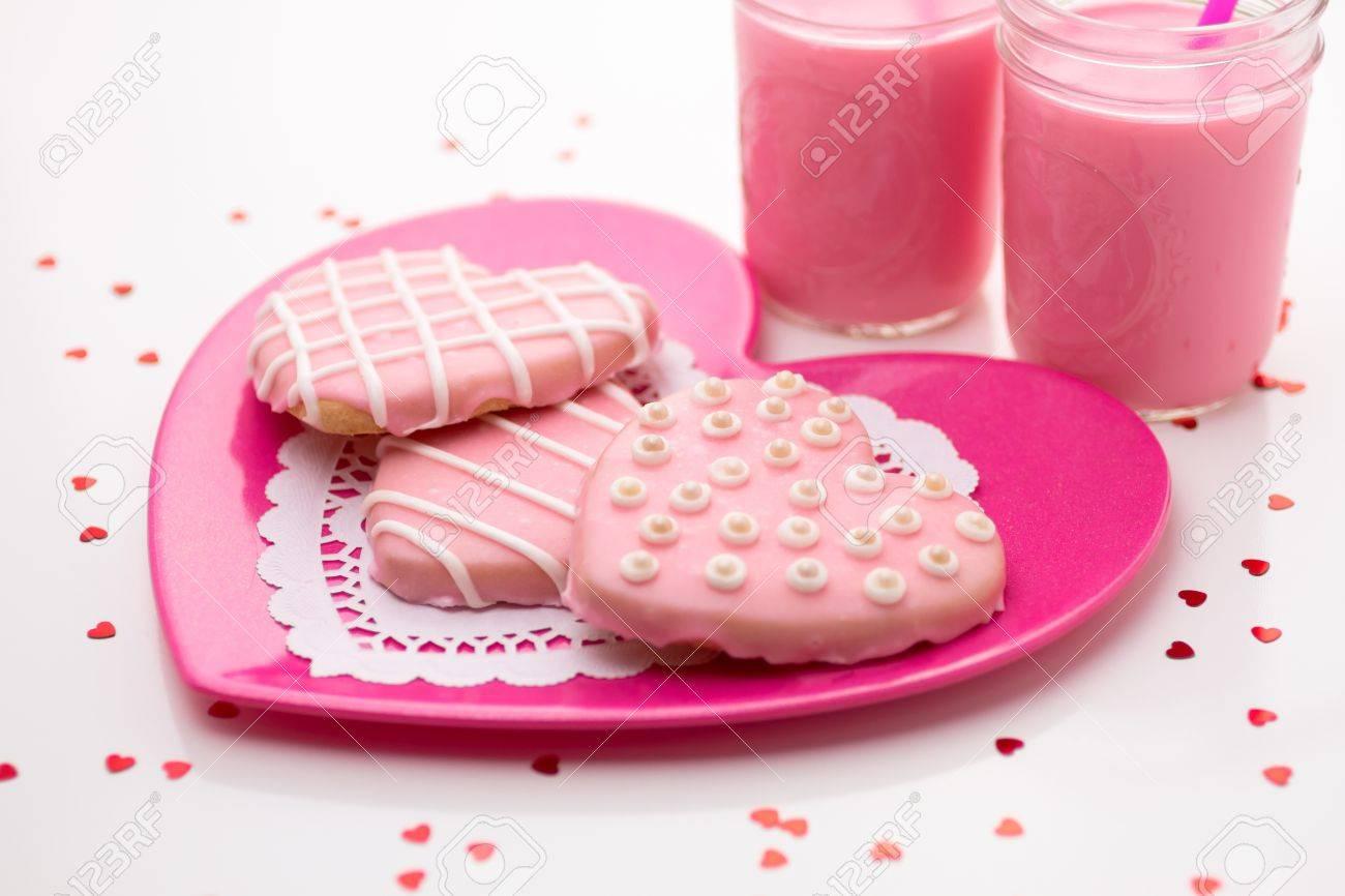 3 Galletas Decoradas Con Rosas De San Valentín En La Placa De Color Rosa Fresa Con Leche