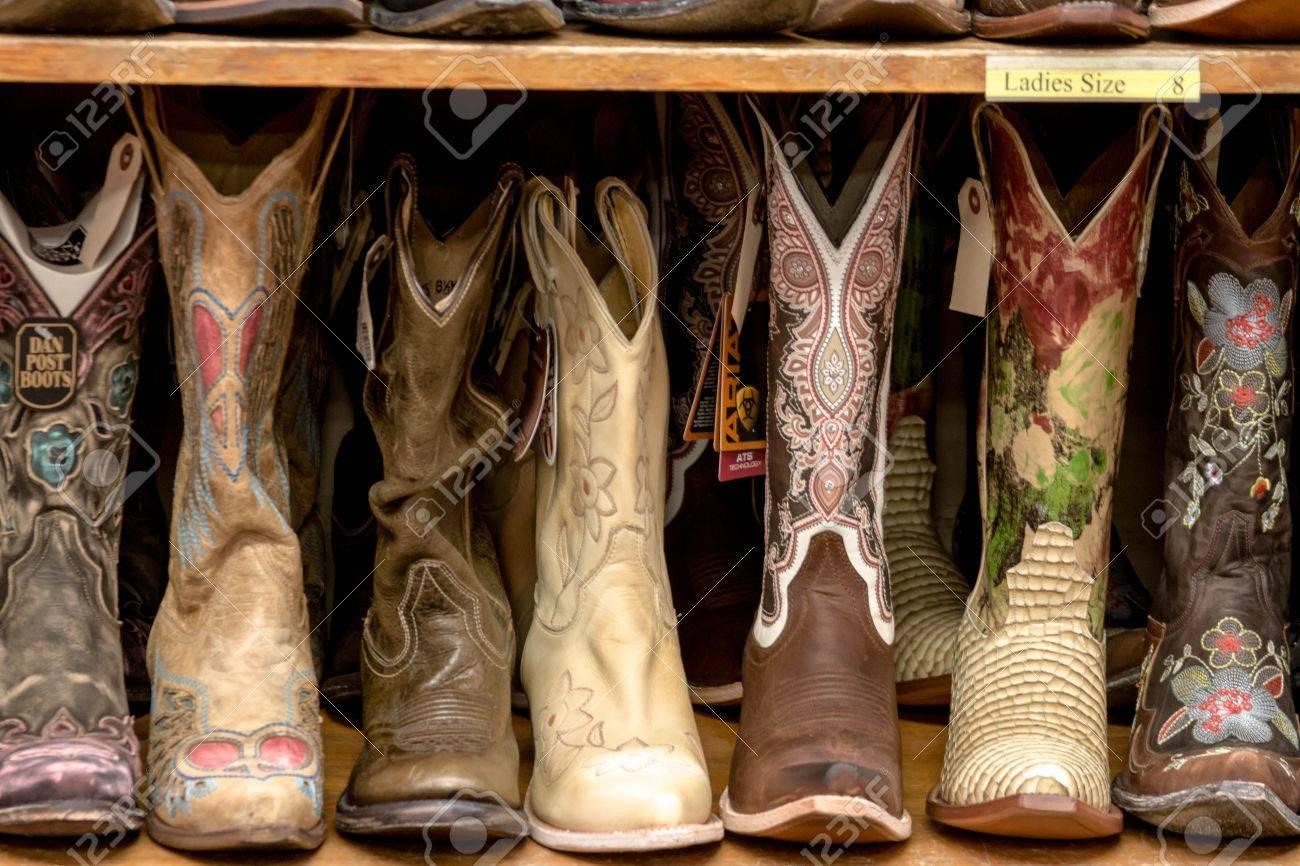 2deaf61f56 Colección de brillantes botas de vaquero para mujer de color Foto de  archivo - 17726050