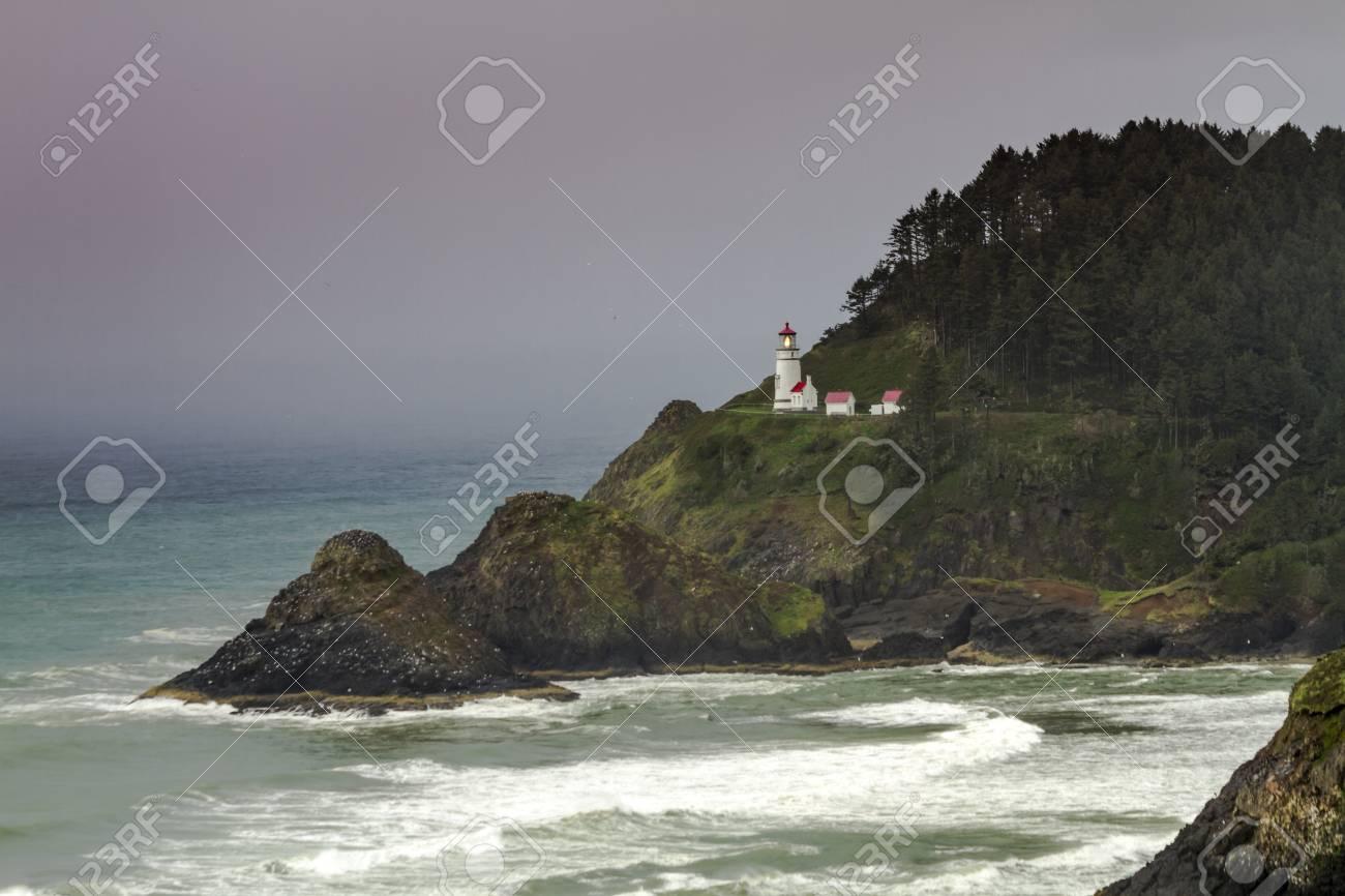 歴史的な Heceta ヘッド灯台が嵐...