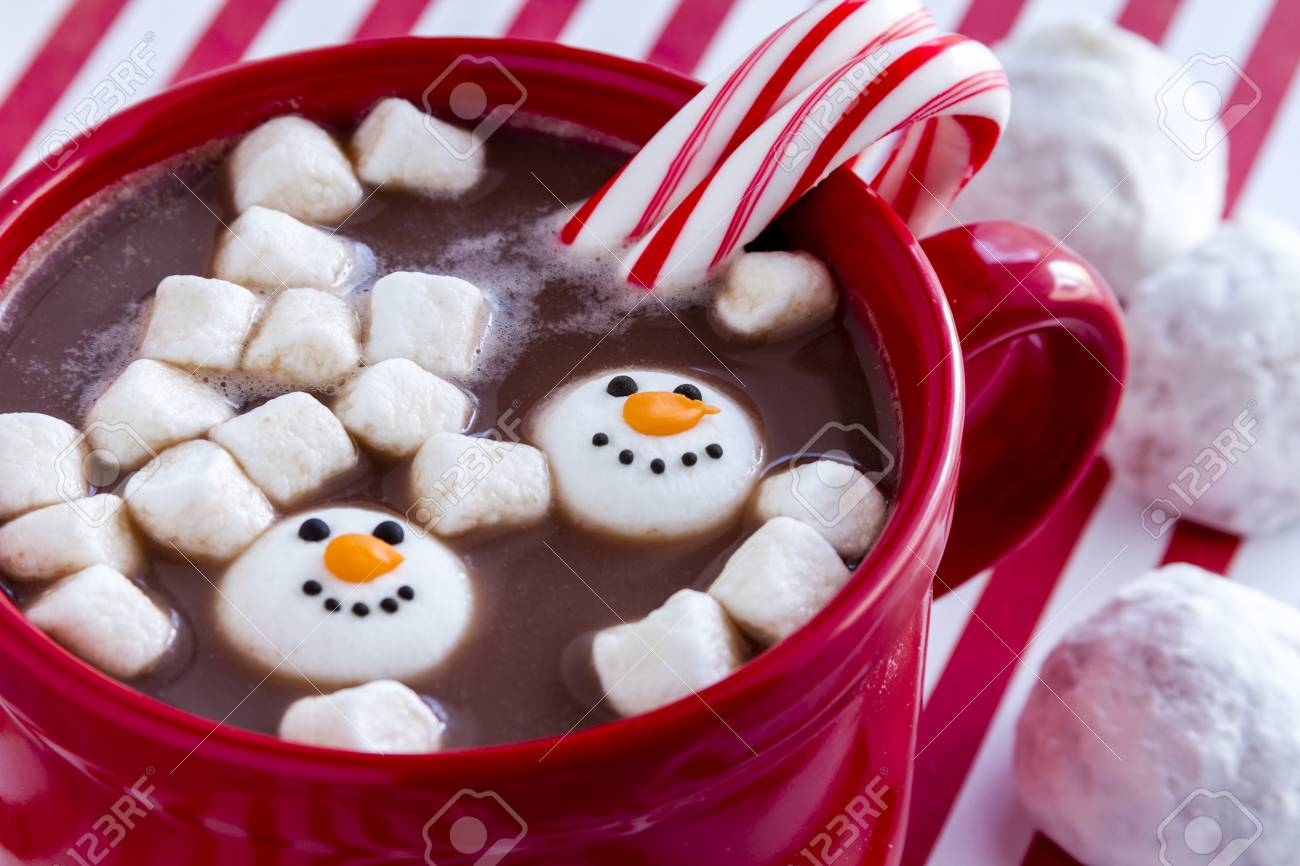 Red Tasse Mit Heißer Schokolade Mit Schneemann Geformt Marshmallows ...