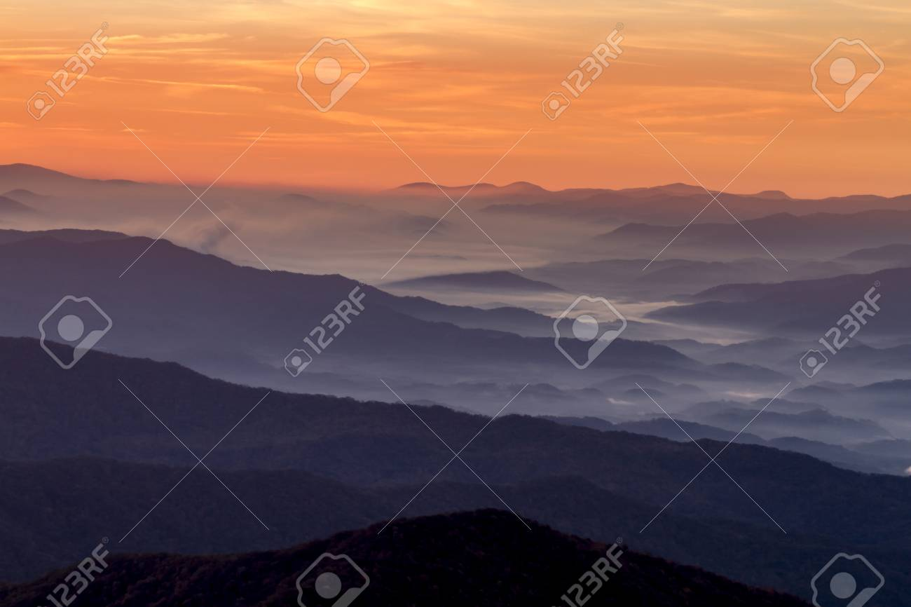 Ciel Spectaculaire Du Lever Du Soleil Avec Des Couches De Montagne