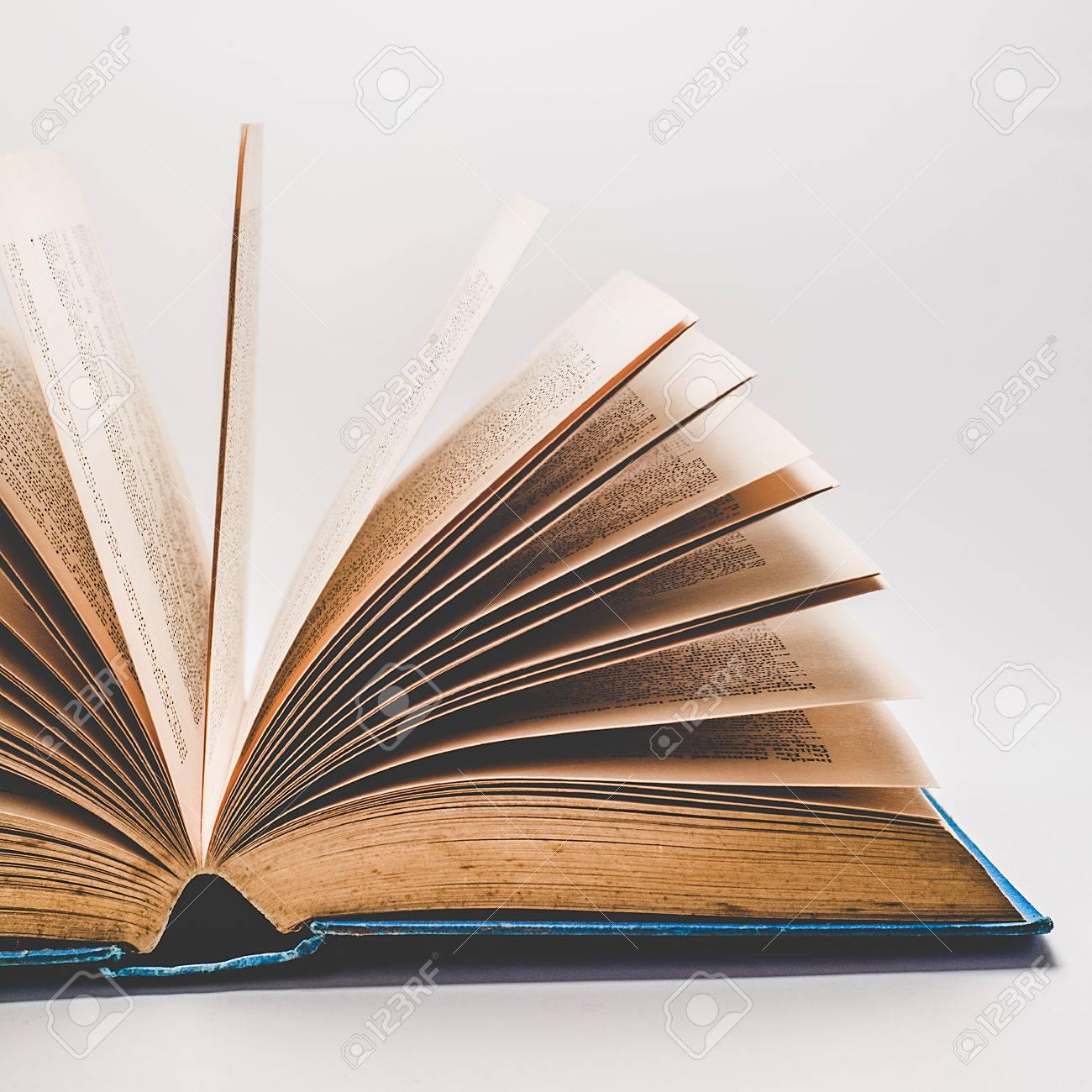 Un Vieux Livre D Histoire Ouvert Sur Un Fond Blanc Avec Les Pages En Eventail