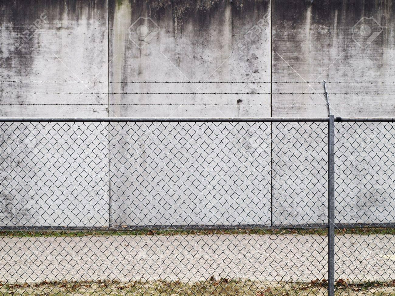 Una Valla De Alambre De Espino Y Muro De Hormign Fotos Retratos