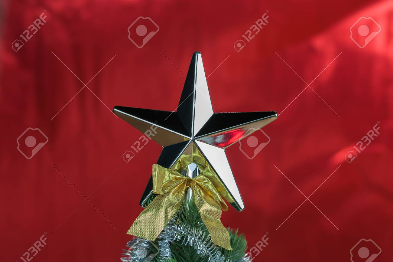 Stella Albero Di Natale Luminosa.Parte Superiore Dell Albero Di Natale Decorato Con La Stella Nella Priorita Bassa Lucida Rossa Luminosa