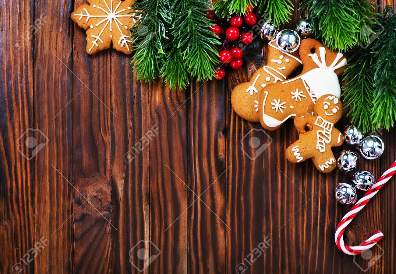 Biscotti Allo Zenzero Di Natale.Immagini Stock Biscotti Di Natale Su Un Tavolo Biscotti Allo