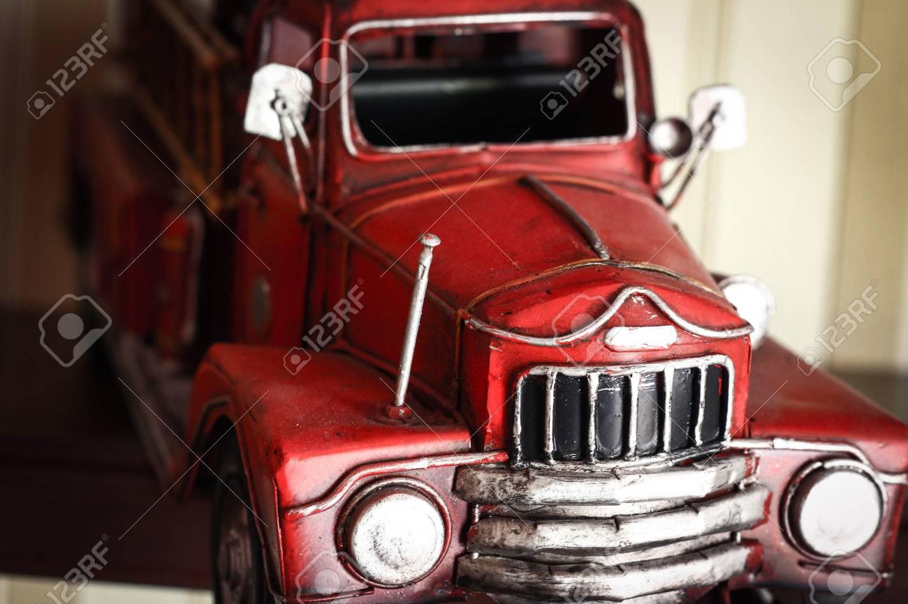 Pour En Près Sur D'écran DétailJouet Voiture Modèle Classique Camion Fond Dépouillé De D'un Vieux Plastique Pompier Un Rouge dWQCxrBeo