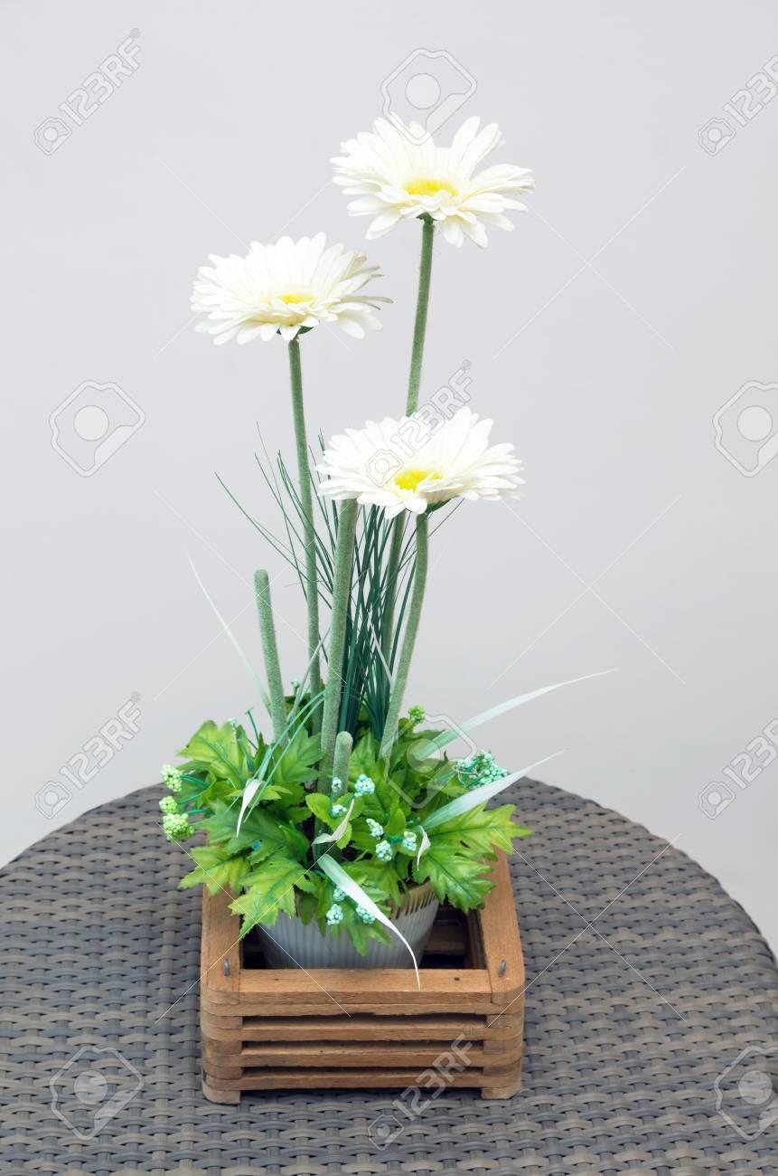 Decoration Fleur Artificielle Dans Un Pot Sur La Table En Bambou