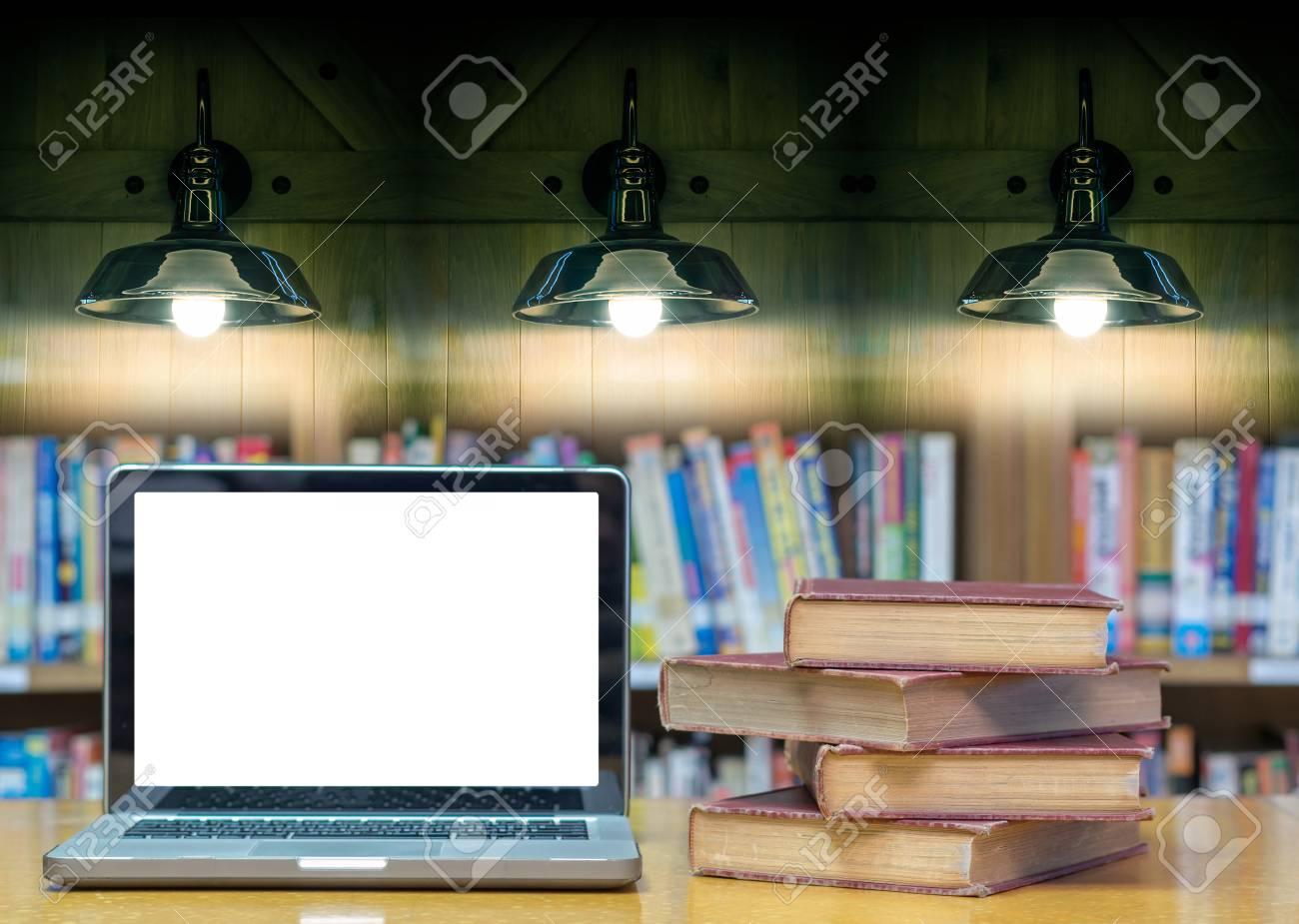 Vieux Livre Sur Le Bureau Dans La Bibliotheque Avec Ordinateur