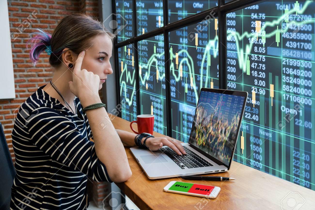 Hipster joven freelancer mujer pensando en su trabajo y utilizando equipo portátil mostrando gráfico de comercio con la bolsa de valores de comercio