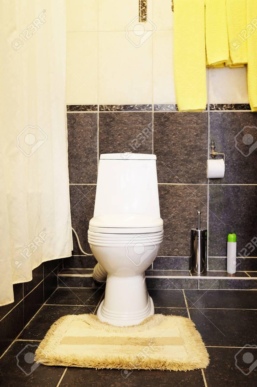 Toilettes Dans La Salle De Bain - Chambre D\'hôtel Banque D\'Images Et ...