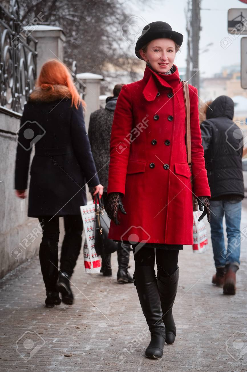 new style 95e57 80357 Ragazza in un cappotto rosso in una città