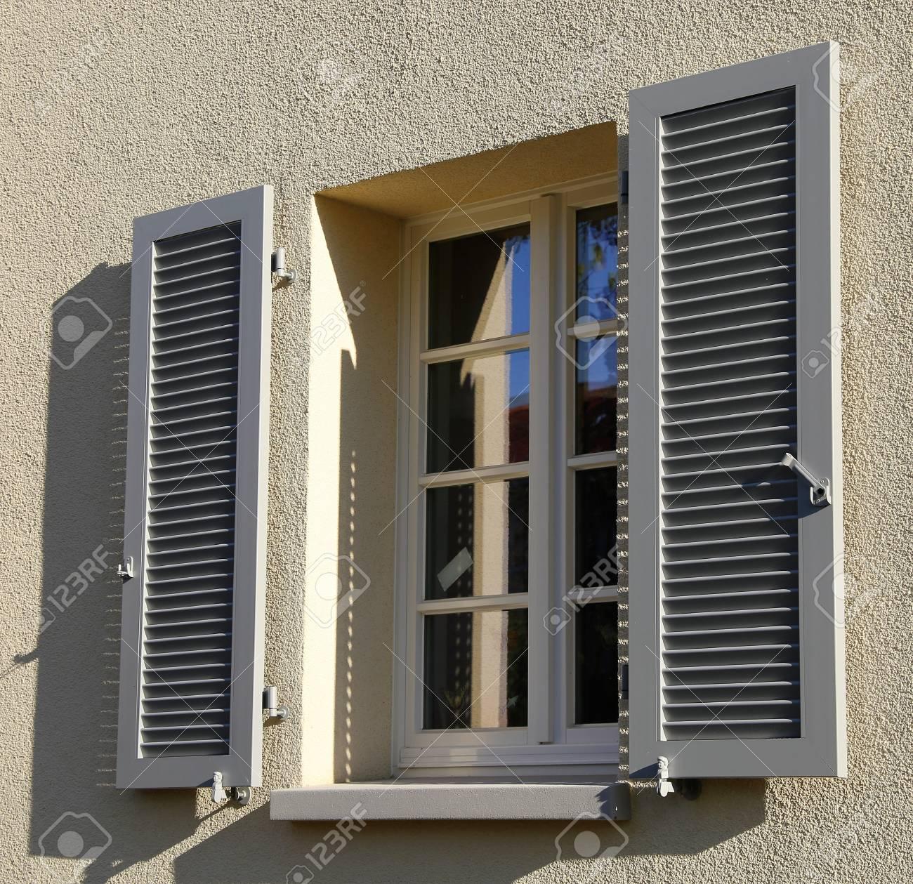 Fenêtre Avec Volet En Bois Tir Extérieur Banque Dimages Et Photos