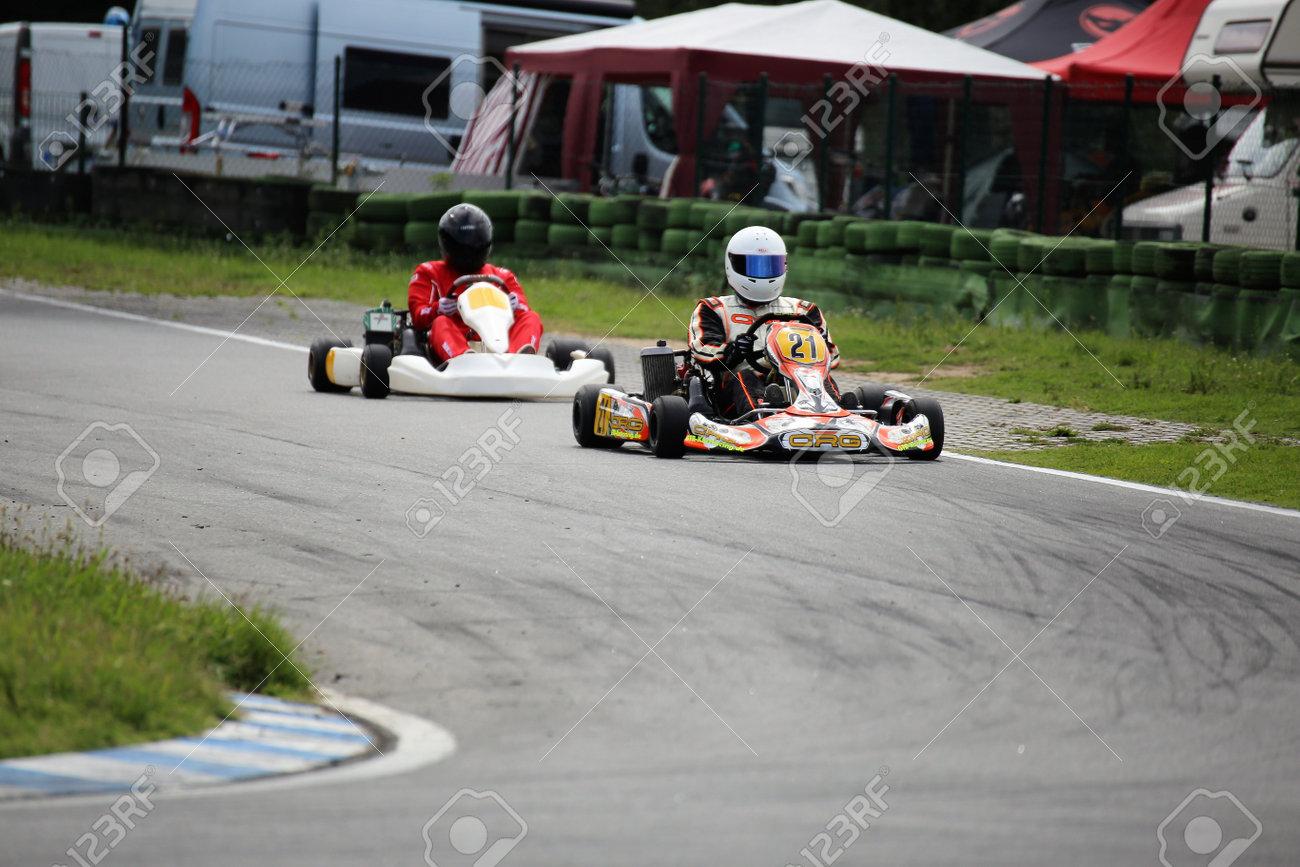 Circuito Karting : Driver del go kart sul circuito di walldorf baden württemberg