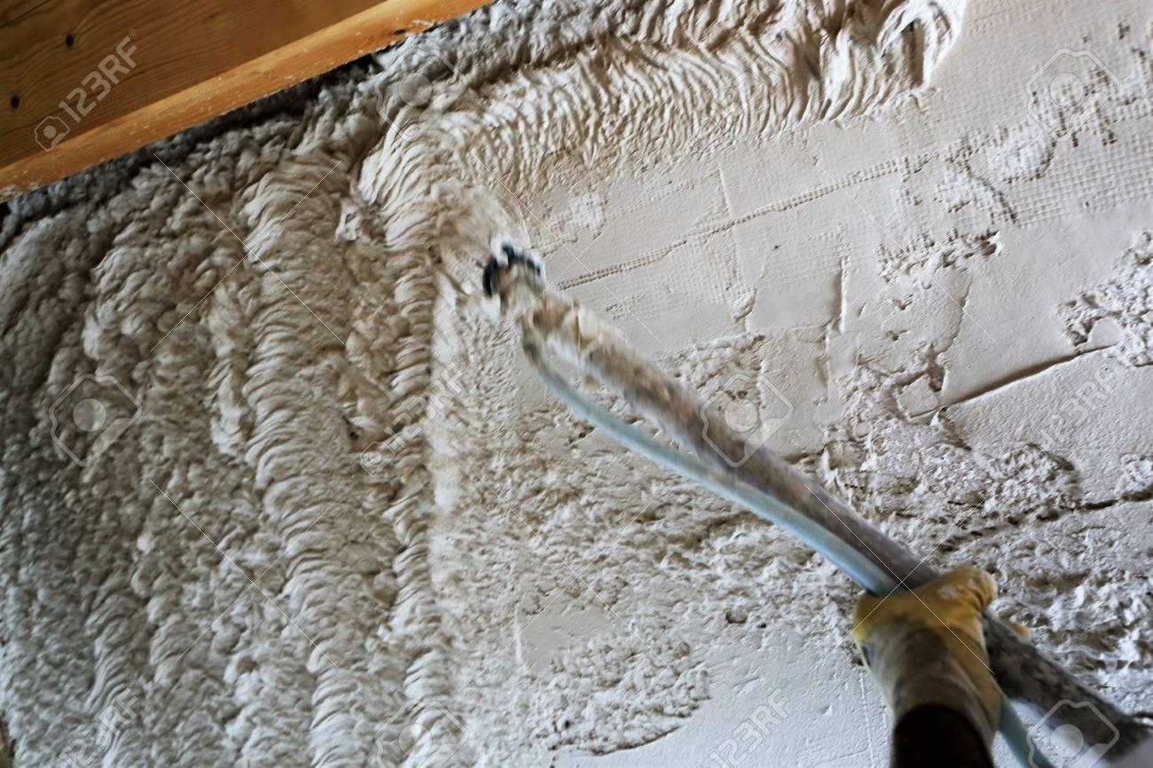 verputzen der wände mit grundputz, maschinelles verputzen