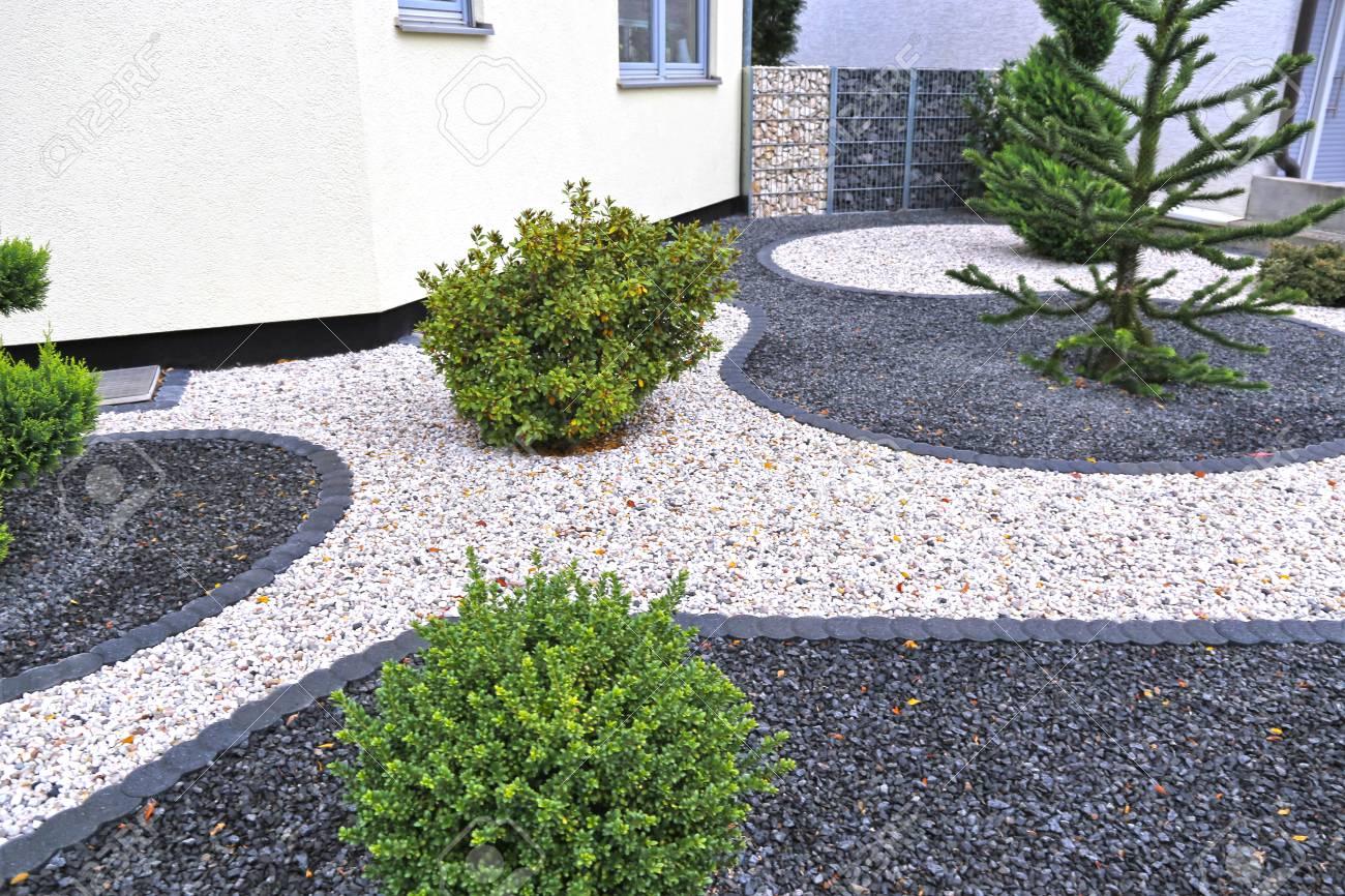 Modern front garden with decorative gravel - 111678043