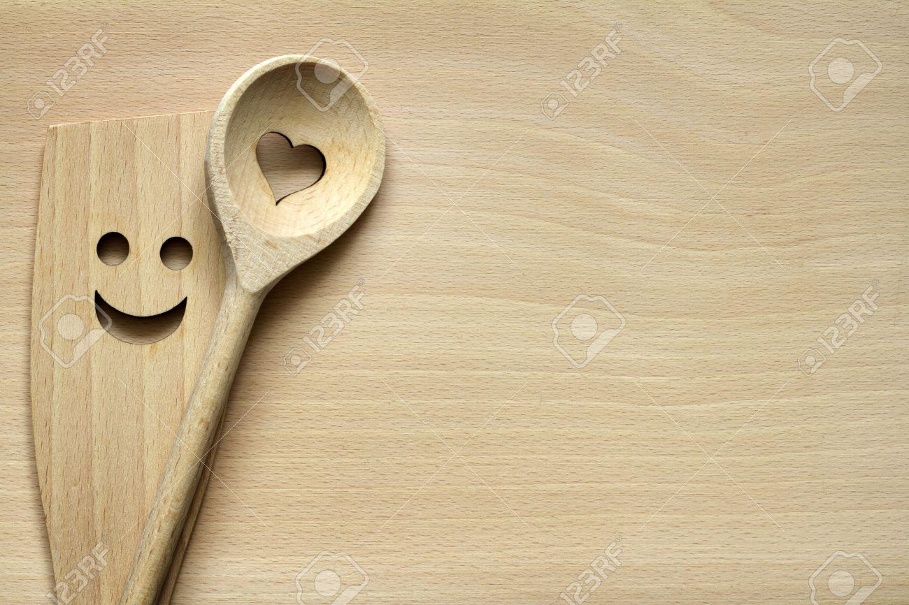 Ustensiles de cuisine en bois sur une planche à découper la nourriture fond  abstrait