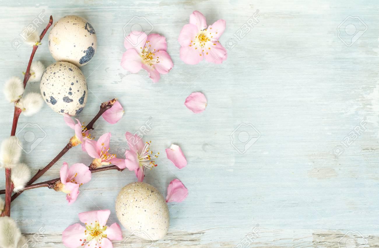 Immagini Stock Uova Di Pasqua E Fiori Di Ciliegio Sfondo Blu Retrò