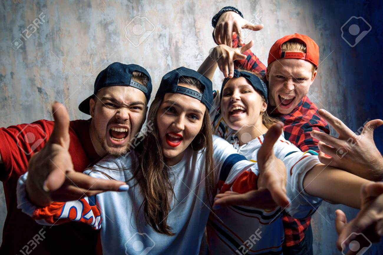 group of excited rappers posing to the camera - 113409032