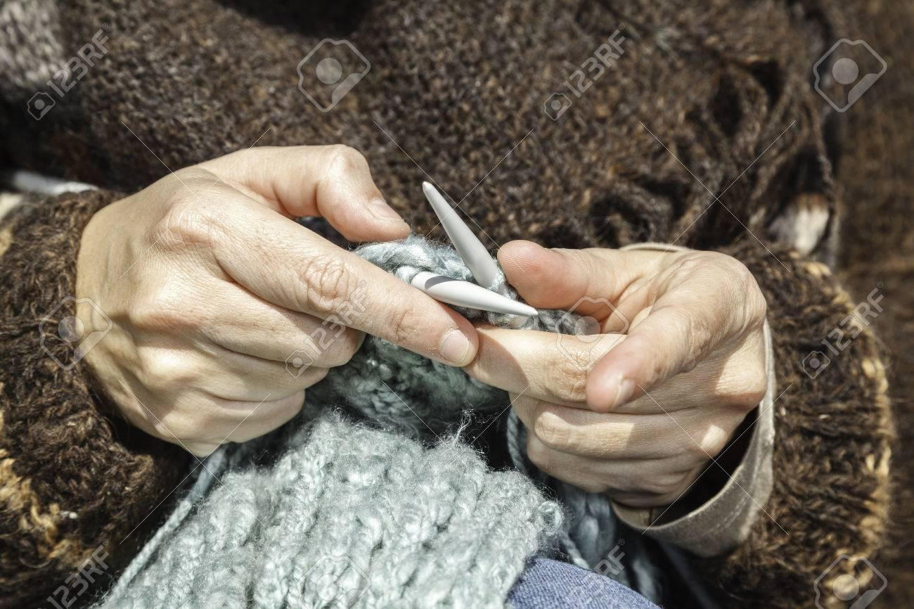 8537b95a5518 Un premier plan de deux mains tricoter une écharpe Banque d images -  27504269