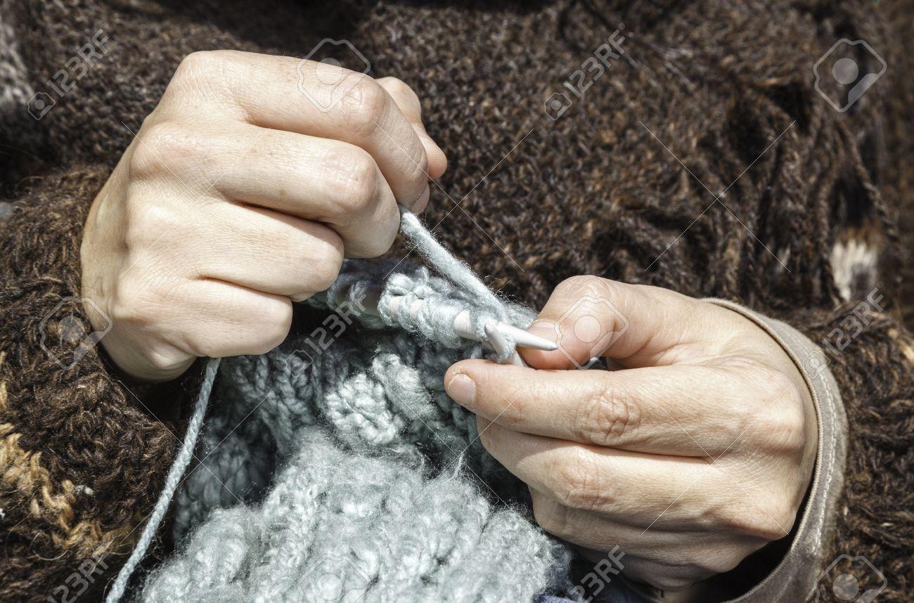93e28c8c79fe Un premier plan de deux mains tricoter une écharpe Banque d images -  27504278