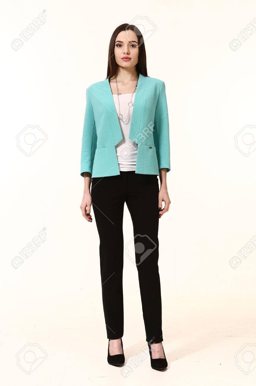 10d1c2006207e Foto de archivo - Mujer con estilo de pelo recto en traje de falda azul  chaqueta pantalón negro retrato de cuerpo entero aislados en blanco