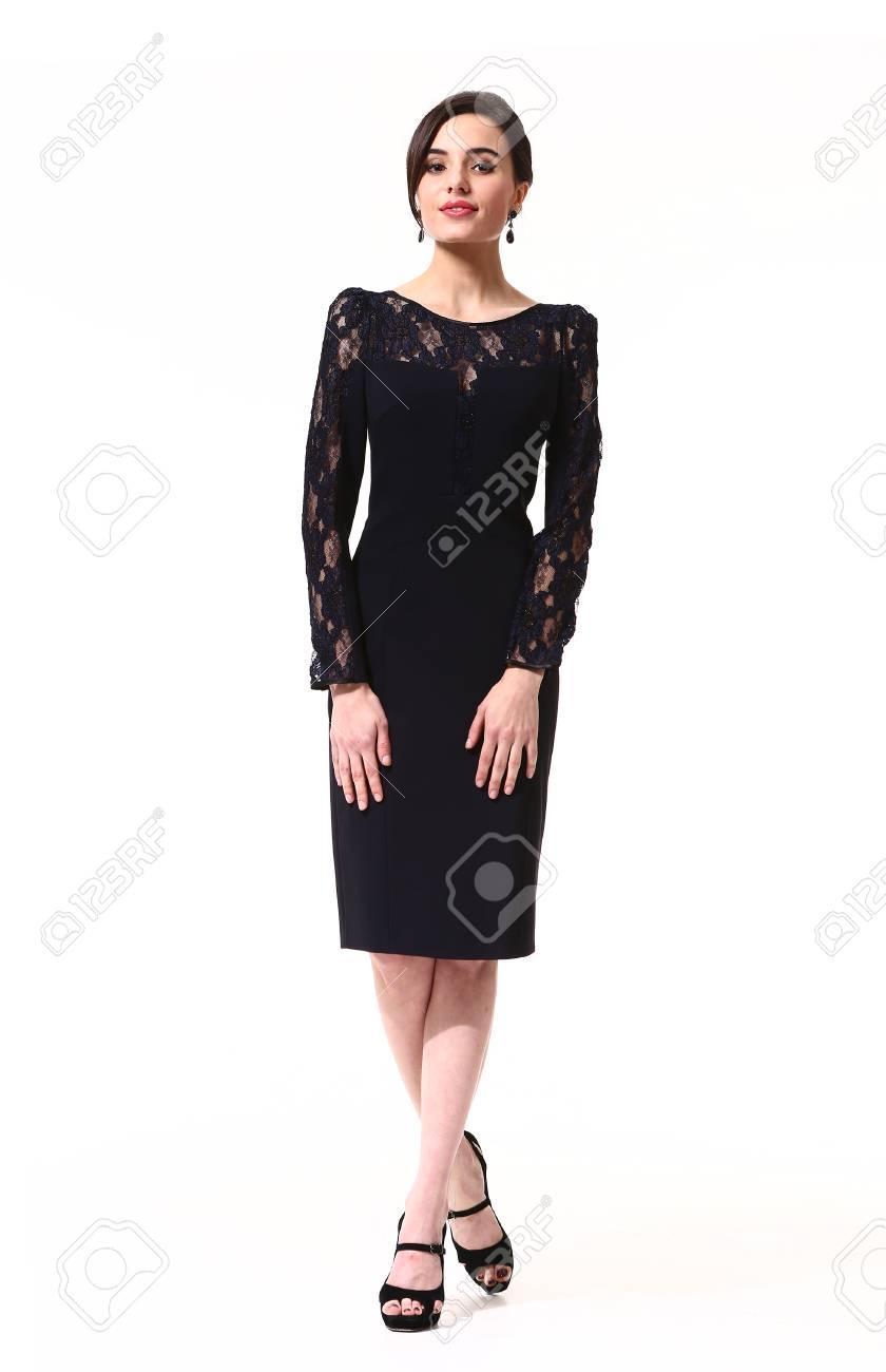 ノースリーブ黒の正式なカクテル パーティーの髪型ヘアスタイルでアラビアン ビジネス エグゼクティブ女性ドレス ロングスリーブ  ドレス高いヒールの靴が完全に立っています。