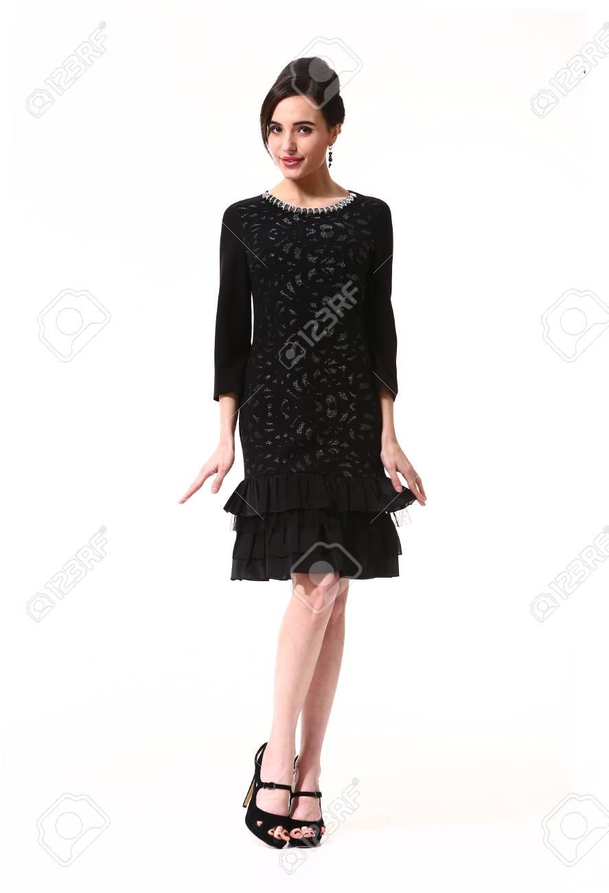 ノースリーブ黒の正式なカクテル パーティーの髪型ヘアスタイルでインドのビジネス エグゼクティブ女性ドレス ロングスリーブ  ドレス高いヒールの靴が完全に立っています。