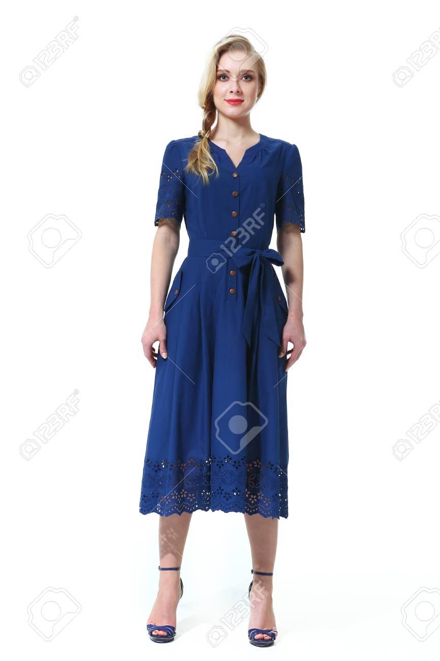 9f321a0273c915 Blond europäischen Modell im Sommer kurze Ärmel blaues Kleid High Heels  Schuhe Ganzkörper-Foto isoliert